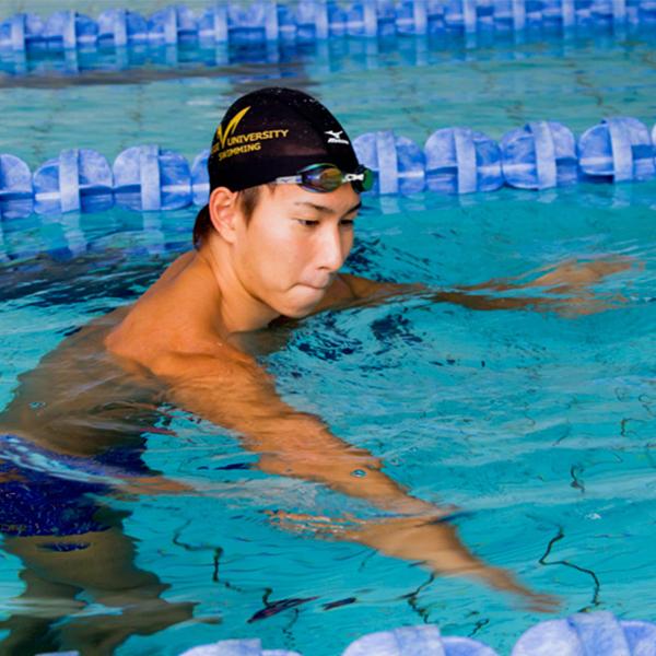 久しぶりのプールの前に!イケメン水泳部のウォーミングアップが面白い