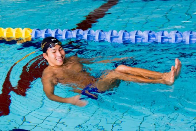 水の感覚がつかめるとスカーリングだけで泳ぐこともできます