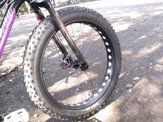 適正空気圧はタイヤの側面に印字されているケースが多いですが、ファットバイクの場合は思い切り下げるのがポイントです。