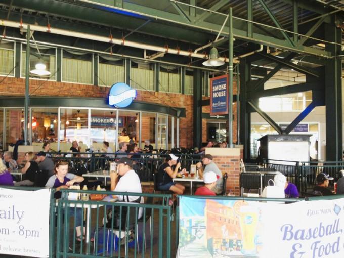 球場の中には「ブルームーン」の看板が光るレストラン「マウンテン・ランチ・クラブ」もある(ランチ=Ranch、農場の意)