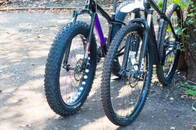左がファットバイク。タイヤ幅は3.8インチ(約9.65cm)もあります!