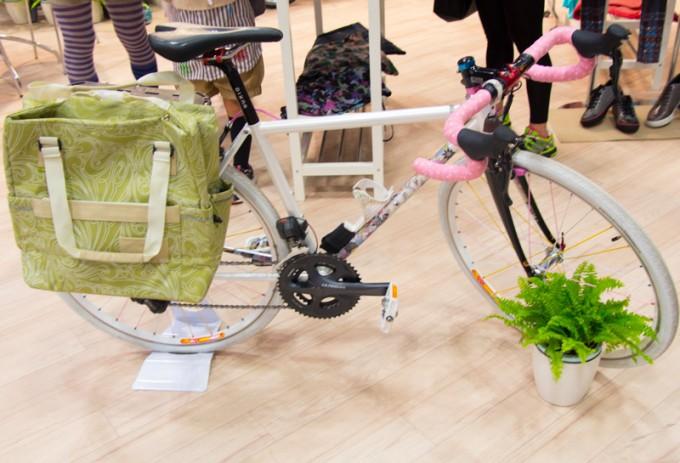女性サイクリスト応援プロジェクト「girls' bike cabin」の特設ブースでは、女性サイクリストのためのグッズがいっぱい