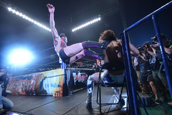 体にド派手なペイントをして戦う選手も ©NJPW