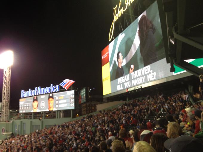 野球ファンのあこがれ!? メジャーリーグ球場でのプロポーズが感動的