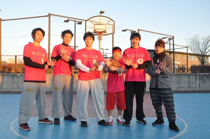 早朝シューティング部のメンバー(左から、しぇきや、KIM-SUN、JUNJUN、SHOW-HEY!!!、SHIMI、AUDI) 活動開始時間「6時」を示すハンドサインがお決まり