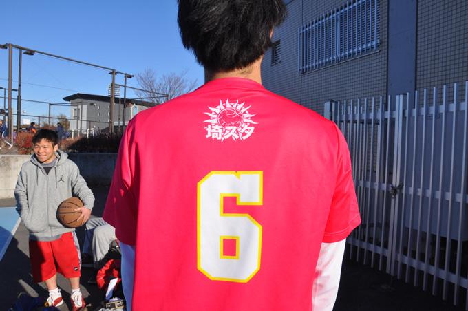 チームTシャツ。大きくアピールされた本拠地「埼スタ」と、朝と言えばの「鶏」がアイコン