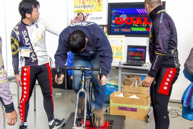 体力自慢のパパたちは、大宮・西武園競輪場のブースで競輪選手のダッシュに挑戦