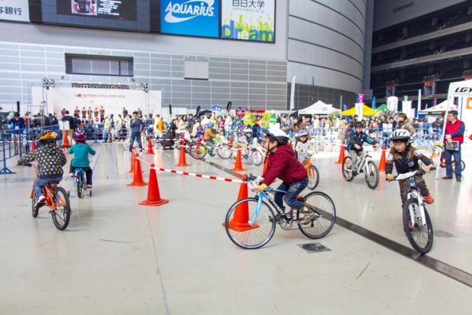 子ども向けの試乗コーナーでは自転車に加えて最新ヘルメットも貸し出し
