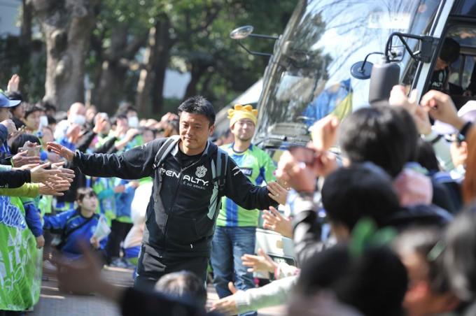 「勝利への花道」を通る曺貴裁監督 Photo by 湘南ベルマーレ