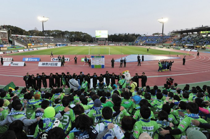 勝利後に選手とサポーターが一体になるラインダンスは圧巻 Photo by 湘南ベルマーレ