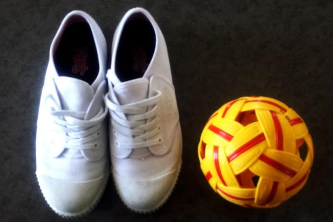 空中を飛び交うのは編み込んだ形状のプラスチック製ボール。シューズはアッパーがキャンバス地で、靴底がゴム製のものが一般的