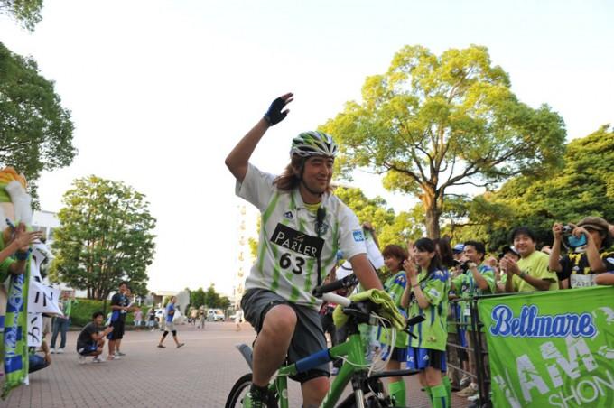 """2010年「24時間""""チャリ""""マラソン」ゴール時のロンドさん Photo by 湘南ベルマーレ"""