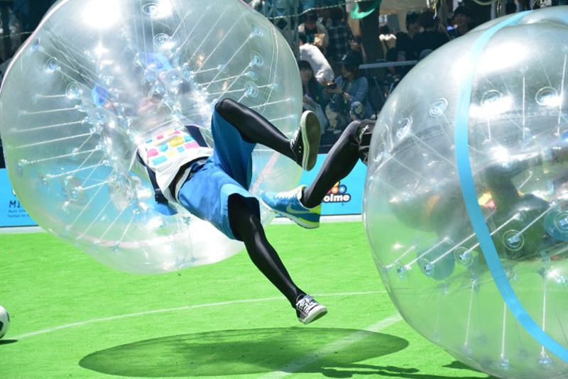 気分は人間サッカーボール!? 話題沸騰のバブルサッカーがロックフェスに登場