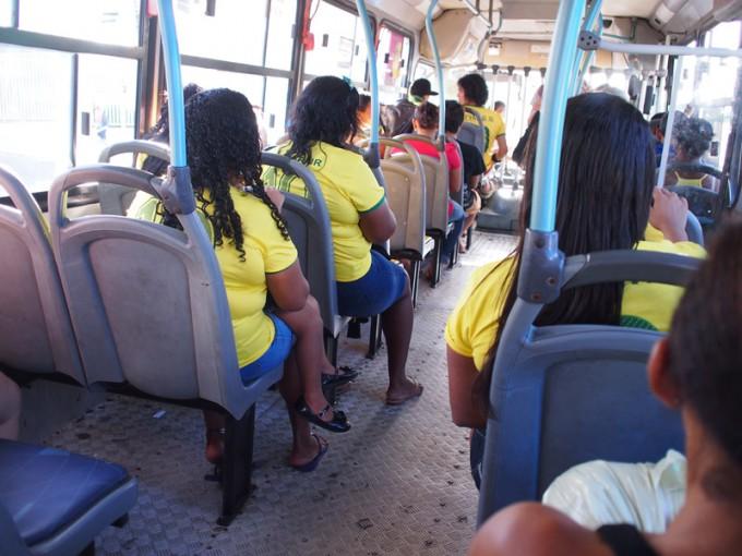 """混み始める前のバスの様子。""""ネイマール""""を着た人が多い"""