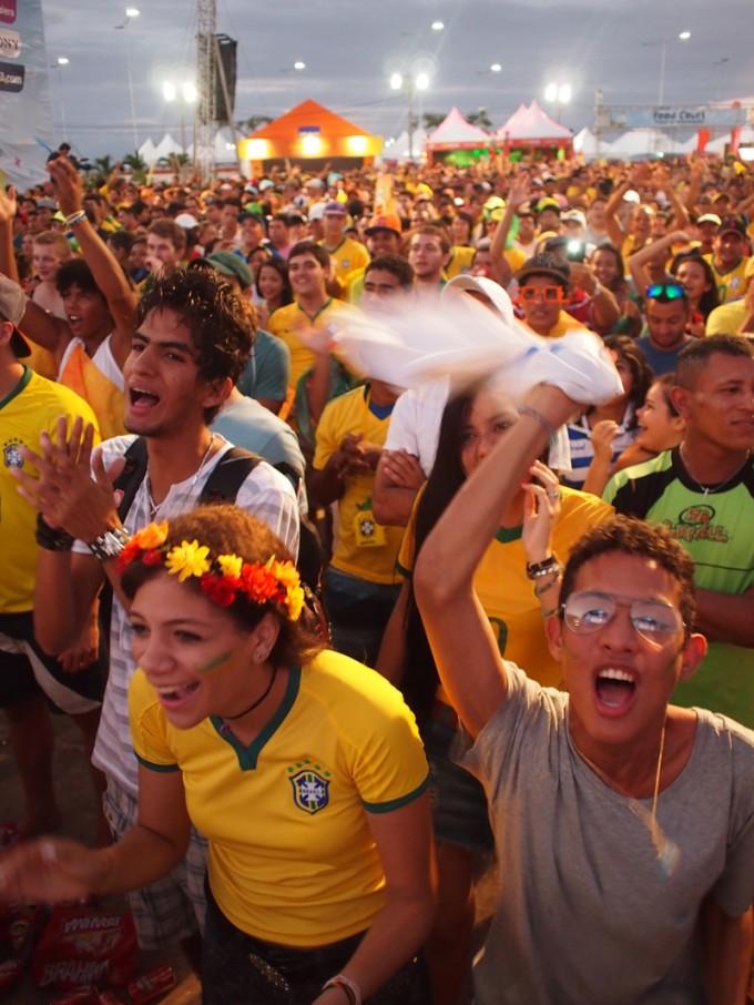 熱狂するブラジルサポーター。決まった応援歌を歌うことはほとんどない