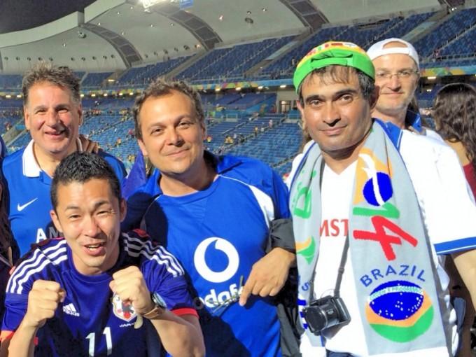 試合後、ギリシャ人サポーターと日本人サポーターの交流