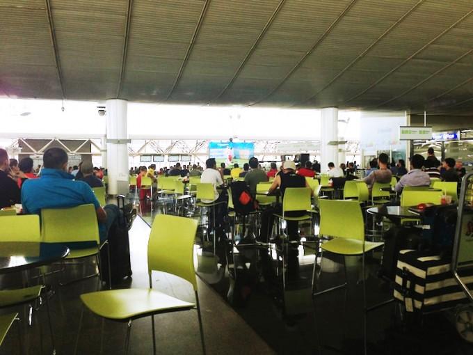 ブラジリア国際空港のフードコートでアルゼンチン対イラン戦を観戦する人々