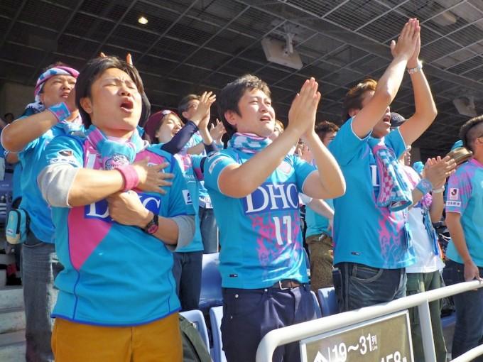 スタンドから声援を送る町田さん(左)と新田さん(中央)