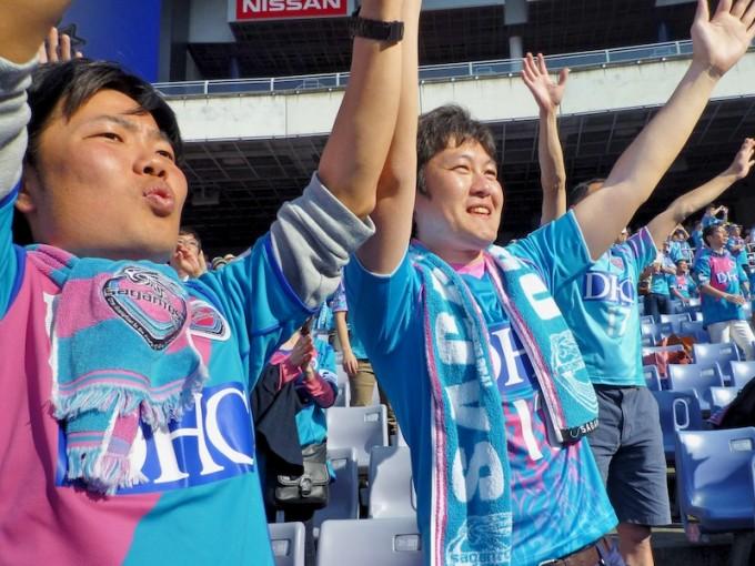 サガン鳥栖の勝利を称える町田さん(左)と新田さん(右)