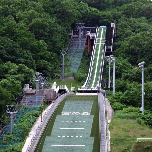 水が流れるジャンプ台!? サマースキージャンプを見に行こう
