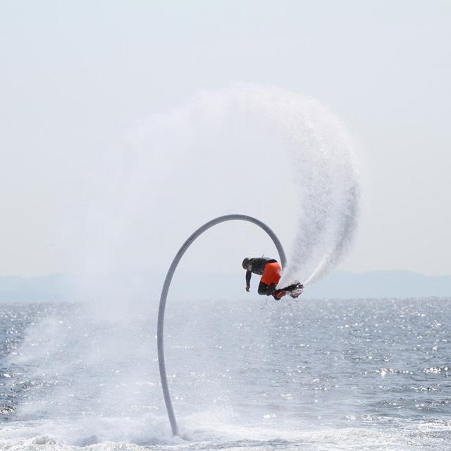 水圧で空を飛ぶフライボードを体験! 三浦海岸でビーチスポーツの祭典が開催