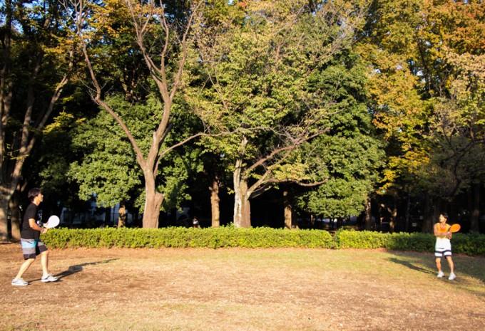 2人の距離は6〜9m。このスペースさえあれば近所の公園でも楽しめる