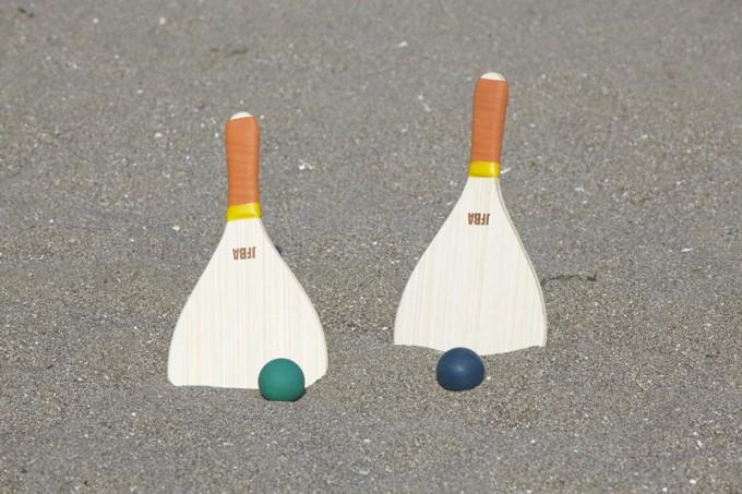 ラケットとボール。ボールは少し固く、スカッシュの球に似ている