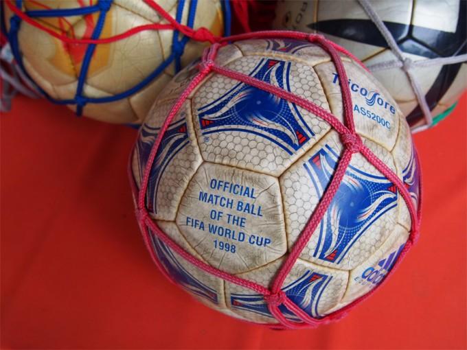 日本サッカー協会が5大会連続で奉納しているワールドカップ公式球。選手たちが蹴った跡が生々しい