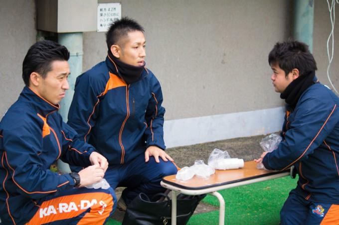 試合後のアイシングを準備するトレーナーももちろん同僚