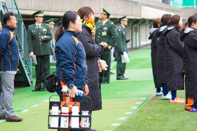 試合では同僚がスタッフやトレーナーとしてグラウンド脇でサポート
