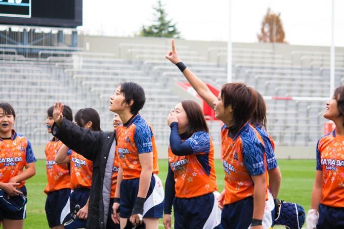 応援の姿を見つけて手を振る選手たち