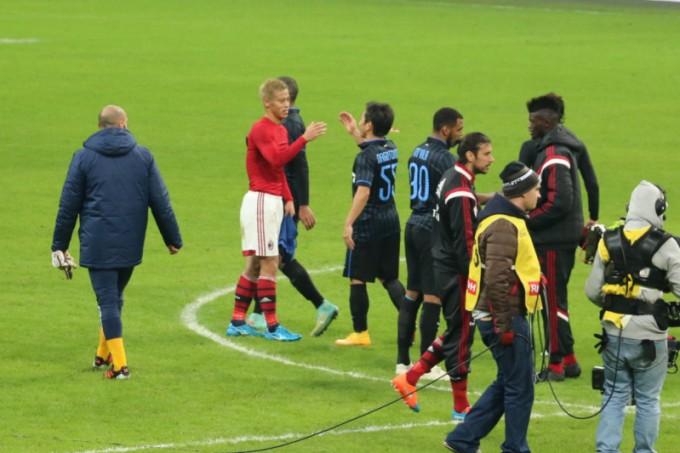 試合後、声を掛け合う本田選手と長友選手