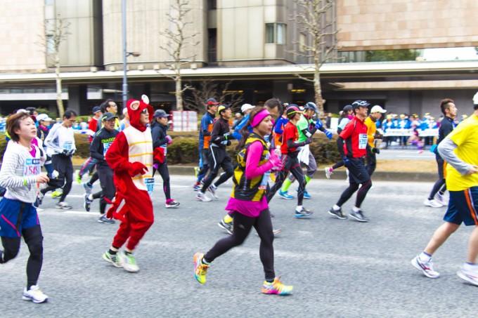 昨年の東京マラソンの様子。ここに私が…