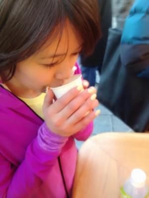 浅草の商店街で甘酒をゲット(笑)。