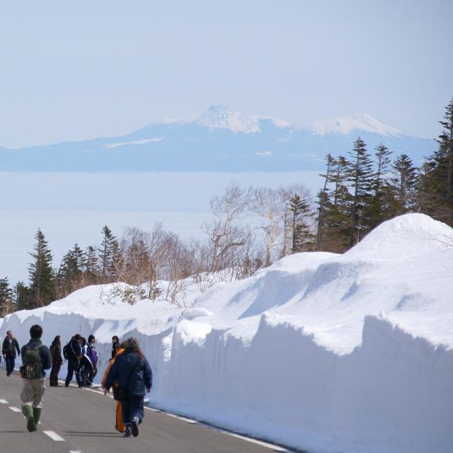 春の知床を歩いて横断しよう! 知床雪壁ウォークとは