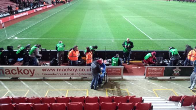 ピッチと客席が近いのがイングランドのスタジアム