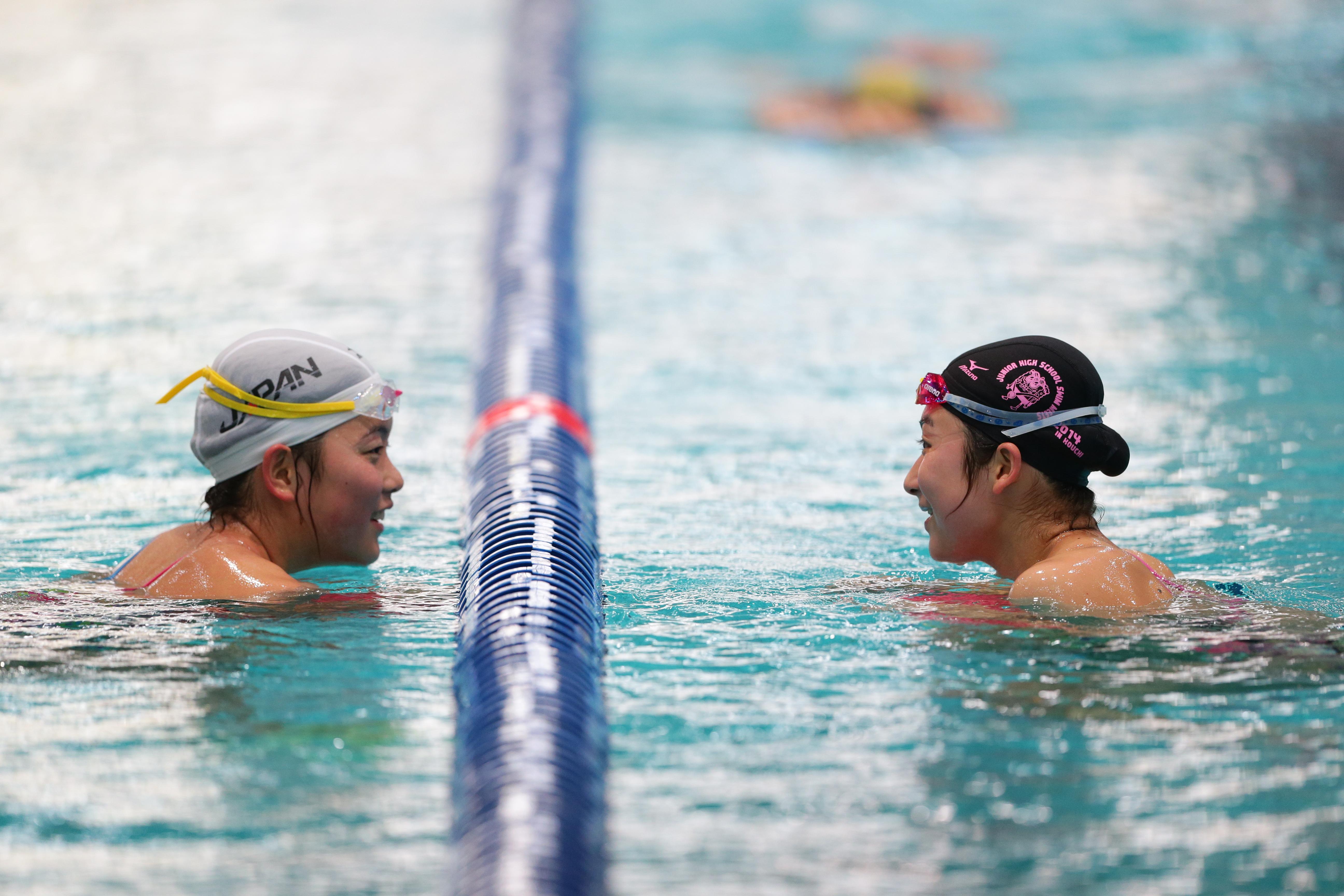 水ではライバル、陸では親友!初めての世界水泳に挑むふたりの笑顔