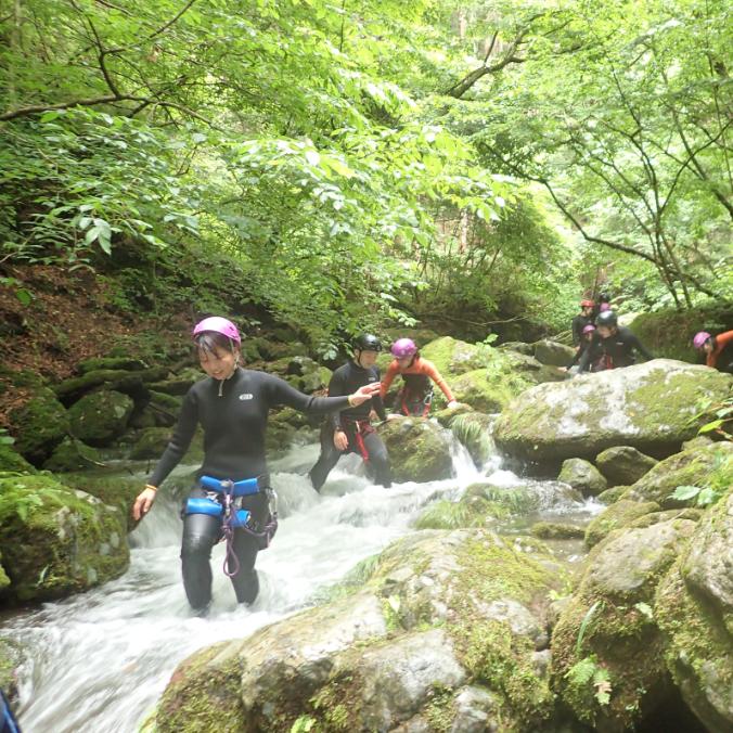 滝つぼにジャンプ!渓谷でキャニオニングを楽しもう!