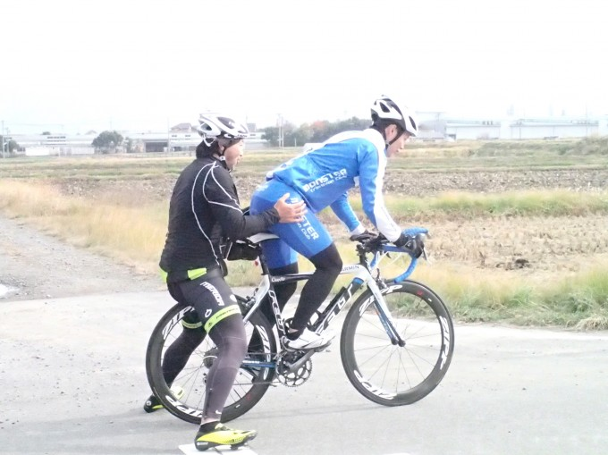 自転車の上に立ち、どこに重心をおけばグラグラしないのか、身体で感じます。
