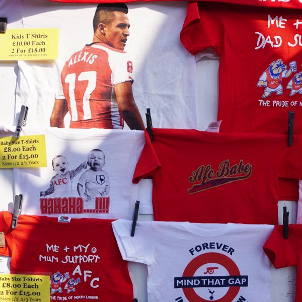 スタジアム周辺で見つけた!プレミアリーグのおもしろTシャツ