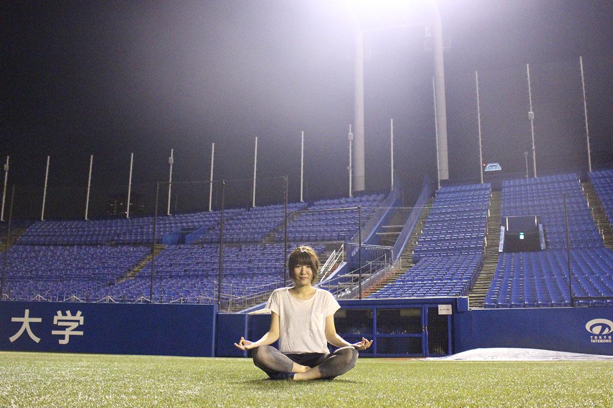 夜空を仰いでリラックス。神宮球場でナイトヨガ
