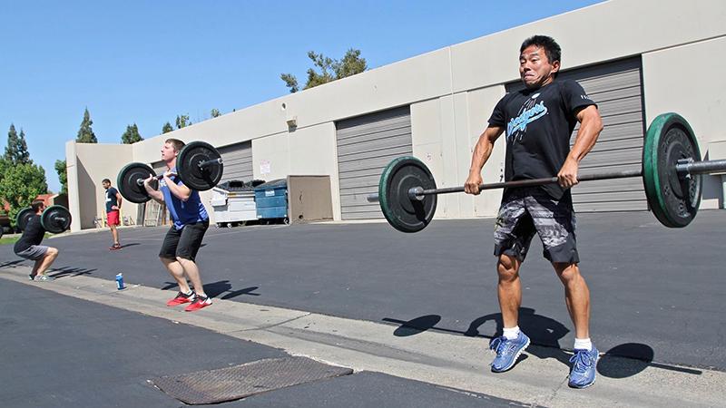 「やる」ウエイトリフティング。瞬発力、柔軟性、バランスを高める。