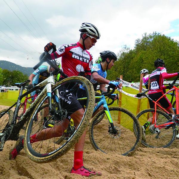 悪路が舞台の冬の自転車レース「シクロクロス」