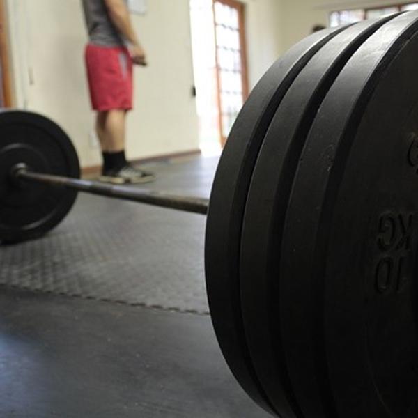 ベンチプレスで100kgを上げるために行うべきトレーニングを紹介